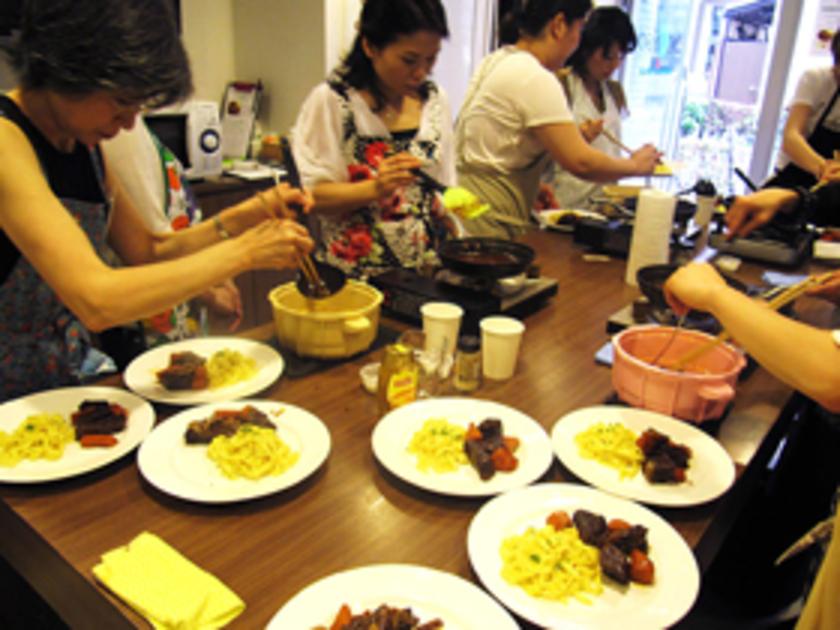 待ちに待ったお食事タイム!Sachi先生セレクトによるワインやジュースと一緒にお召し上がりいただきました。皆さんも「おいしい!」とご満悦の様子です。