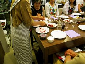 お食事の後は、ルクエのデコペンを使ったデザートのデコレーションにチャレンジ。Sachi先生が鮮やかなデコテクニックを披露した後に、各自でデザートを自由にデコしていただきました。いやー、皆さんの腕前もなかなかお見事!です。