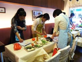 レッスンが終わると、グループに分かれて調理開始!最初は緊張気味だった参加者の皆さんですが、作業を進めるうちに、和やかなムードに。