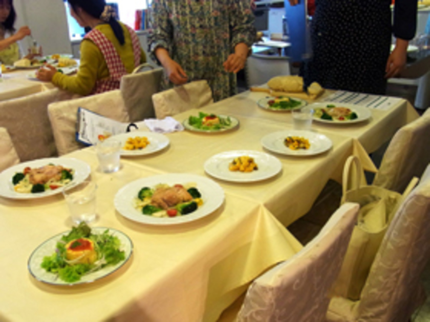できあがった後は、楽しいお食事タイム。川上先生おすすめのドリンクやワインと一緒に、お召し上がりいただきました。