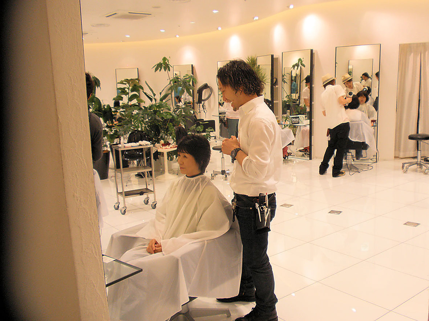 ヘアケアの後は、ヘアスタイリング体験へ。参加者一人一人の髪質に合ったアイテムを選び、お好みのスタイルに仕上げていきます。参加者の皆様からの、髪の毛やスタイリングに関するお悩みや質問にも、丁寧に答えていただきました。