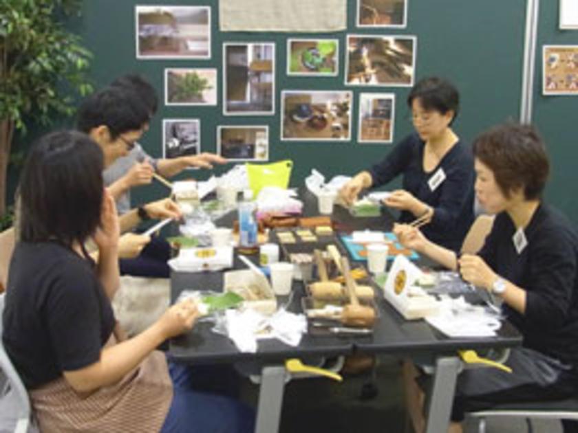 ここで休憩の軽食タイム。サンドイッチとドリンクで一息入れます。それぞれのデザインを見せ合って、和気あいあいと会話が盛り上がりました。