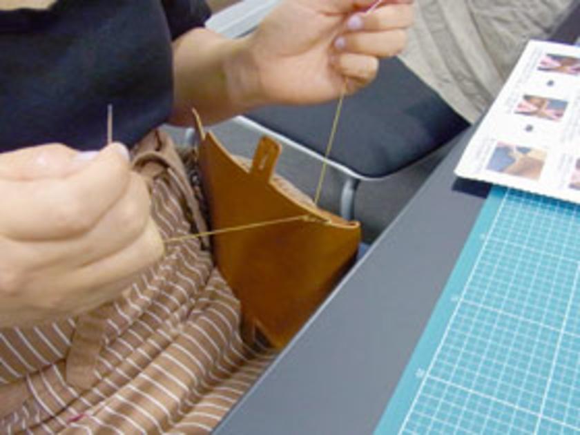 後半戦スタート!糸を6色の中から選び、ダブルステッチで手縫いで縫っていきます。さあ、完成が見えてきました。