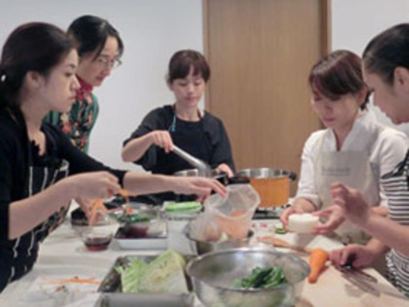 各グループに分かれてお料理開始!初対面とは思えない、見事なチームワークです。