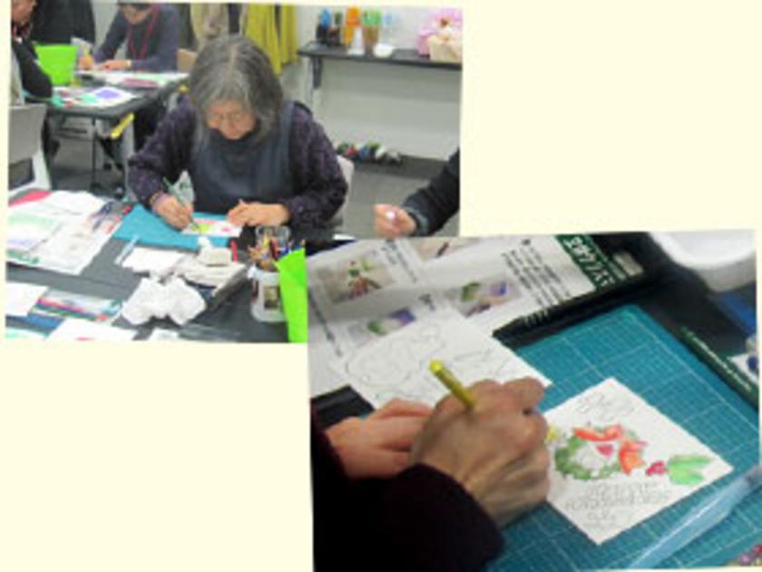 下地を乾かしている間に、ポップアップのパーツを作成!水彩色鉛筆でサンタや天使に色を塗っていきます。みなさんとても集中して作業をしています。