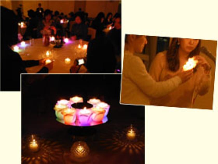 ディナーの前に参加者全員でキャンドルリレー。みなさん願いを込めて点火しました。このキャンドル、火をつけると中のLEDライトが7色に光る特別なもの。とってもキレイですね!会場があたたかな灯りにつつまれました。