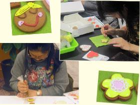 大きいクッキーを乾かしている間に、小さいクッキーをアイシング。顔を描いたりお花をつくったりと、センスと腕の見せどころです!