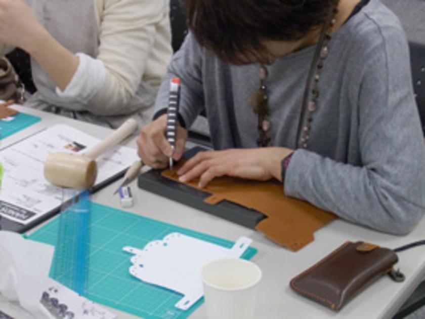 それぞれのデザインの型紙を、クジリを使って革に写していきます。さあ、いよいよ革をカットします!