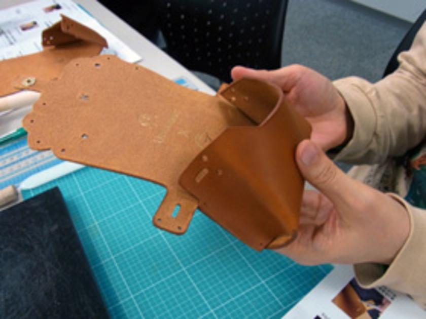 次はゴムのりで縫う部分を接着します。だんだんカメラポーチの形が見えてきて、作業に熱がはいってきました。