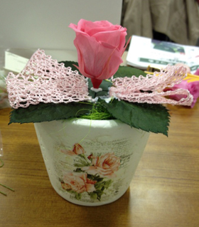 中央にメインとなるバラを一輪つけるとこんな感じ。ボンドが目立っていますが、乾けば透明になるのでご心配なく。これからさらに、バラを4輪とアジサイ、かすみ草を飾りつけていきます。