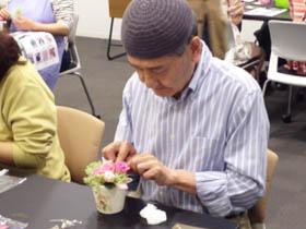 バラの周りを、アジサイでデコレーション。男性の参加者もいらっしゃいます。男性の方はみなさん、全体のお花の配置が上手なのが印象的でした。プリザーブドフラワーに、たくさんの人が興味をもってくれたら嬉しいですね。さあ、最後の仕上げですよ~。