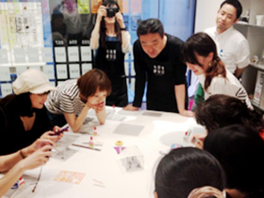 それぞれのペーパーモデルが完成したら、タイトルとストーリーの発表会!どんなストーリーなのか、どういうところを工夫したのか、思いを伝えてもらいました。「あー、なるほど!」「そういう使い方もあるか~」などなど、寺田先生やハンズのスタッフもみんな興味津々の様子です。それでは、参加者がつくった作品を、いくつか紹介しましょう!