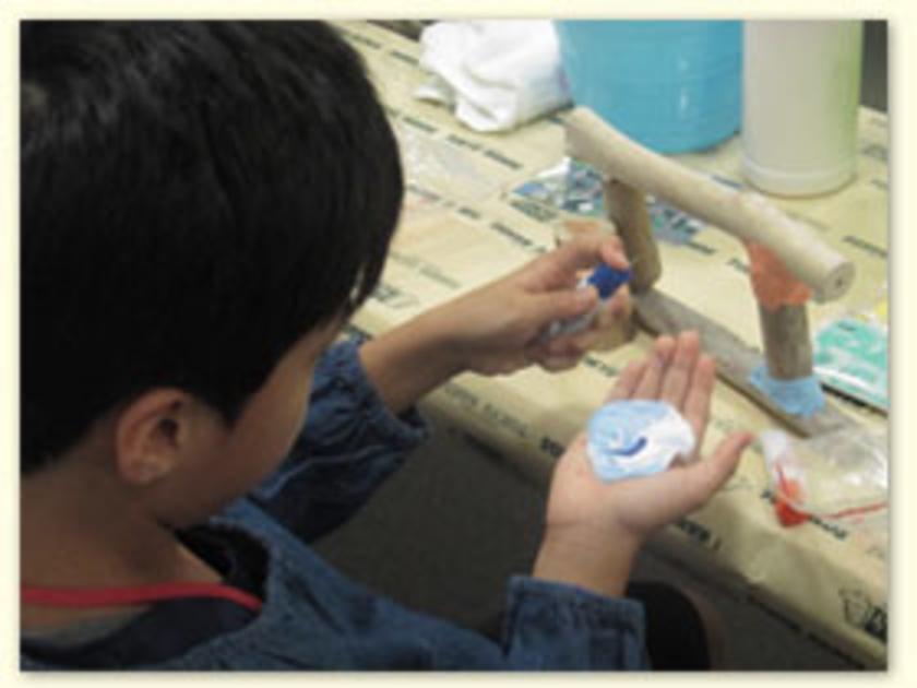 フレームができたら粘土でデコレーション。今回の粘土、絵の具を使って色づけができ、とってものびるので加工もラクラクです。