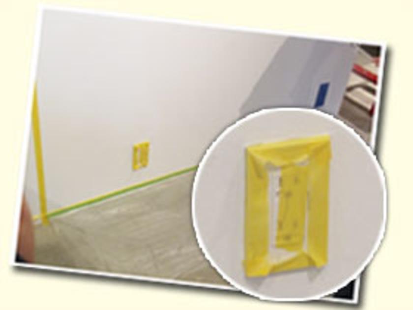 巾木(はばき)という壁と床の境目にもしっかりとマスキングテープを貼ります。床にはビニールを敷いて、ペンキで汚れないように。コンセントもご覧の通り、しっかりガードします。ここまでの作業が全体の7割を占めるくらい、重要です。ていねいに!