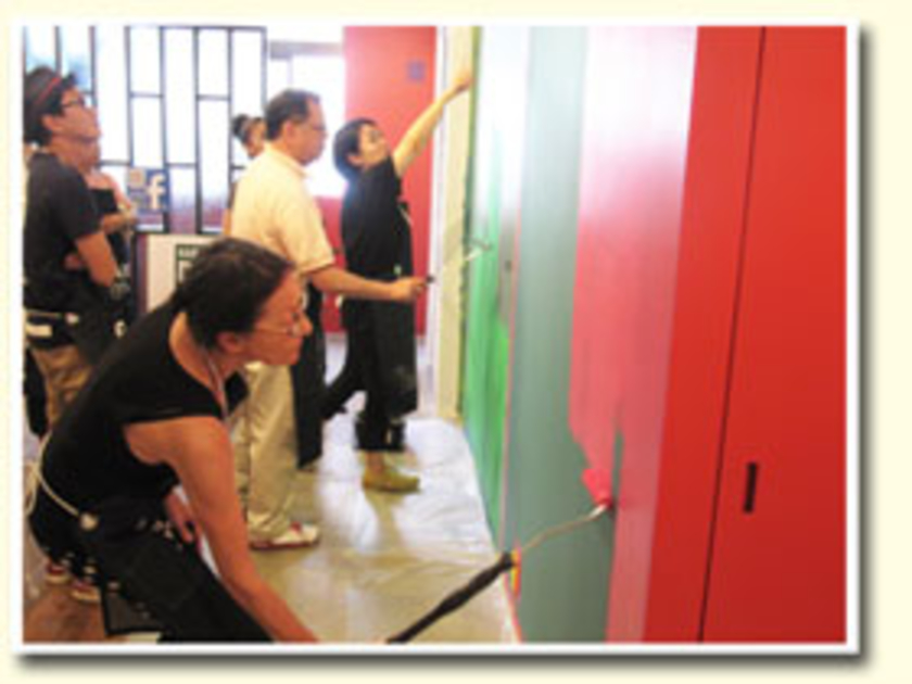 こちらは午後の様子。午前中にグリーンに塗った壁を、レッドにリペイント。梅雨の時期でも3時間ほどで乾くので、失敗しても簡単に塗り直すことができるんです。毎月、壁の色を変えてみるのもいいかもしれませんね。