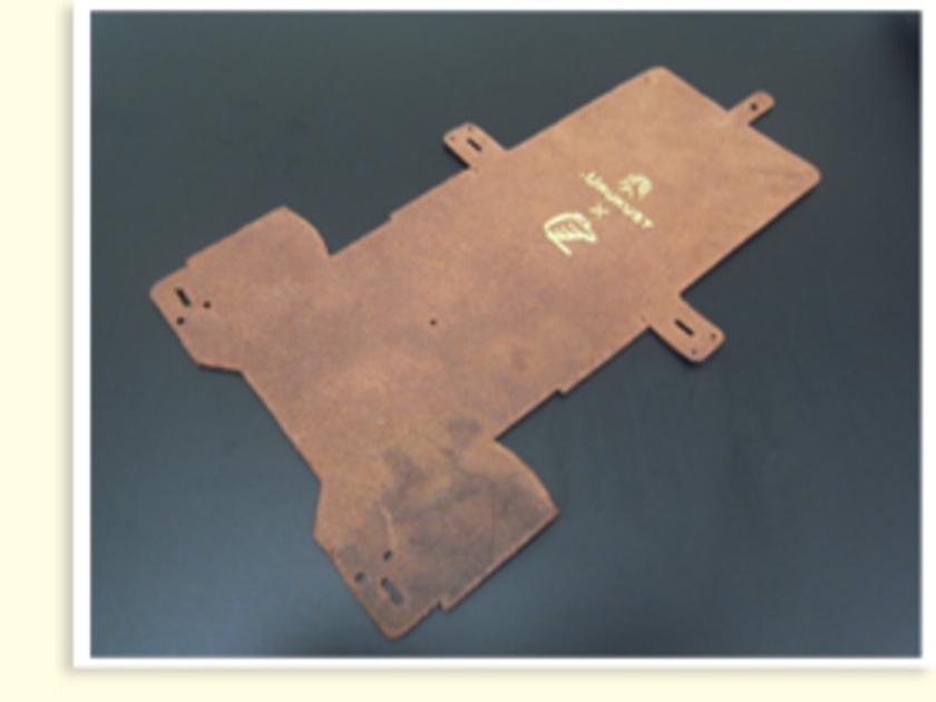 「.URUKUST」と「TOKYU HANDS」のコラボロゴがステキなイタリアンレザー。こちらが最初の状態です。このレザーがカシメつけ、穴あけ~ダブルステッチ縫いなどの工程を経てカメラポーチになっていきます。