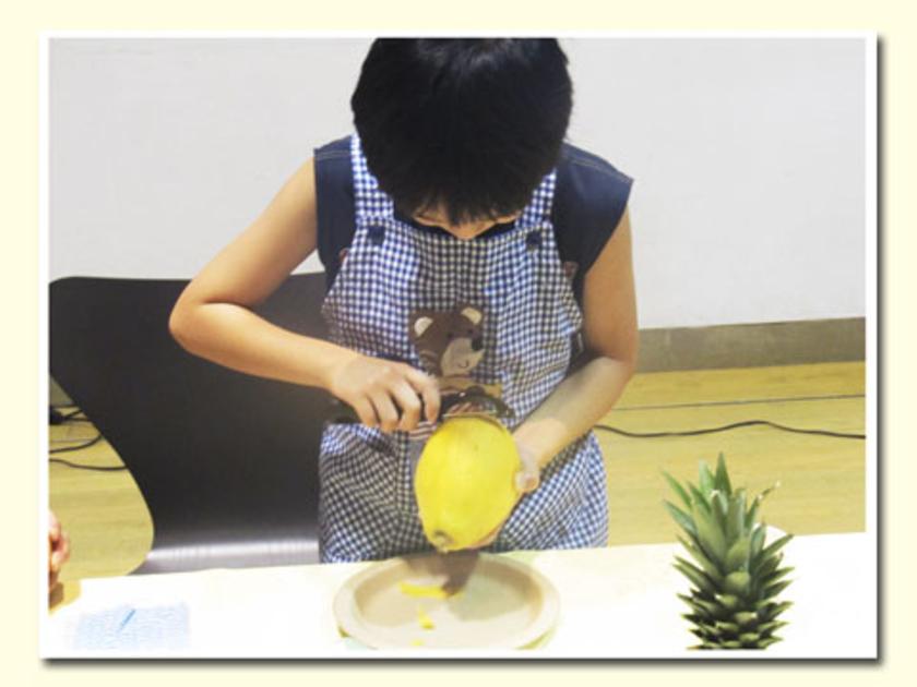 実演の後は、便利グッズを使ってみましょう。ピーラーをつかってマンゴーの皮むきに挑戦!上手にむけていますね!
