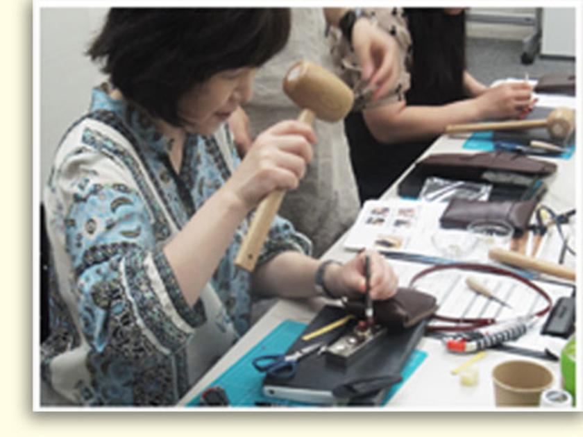 縫いの工程が終わったら、最後に革ひもをつけます。このころにはみなさん、すっかり木槌の扱いも上手になり、職人さんのようでした。