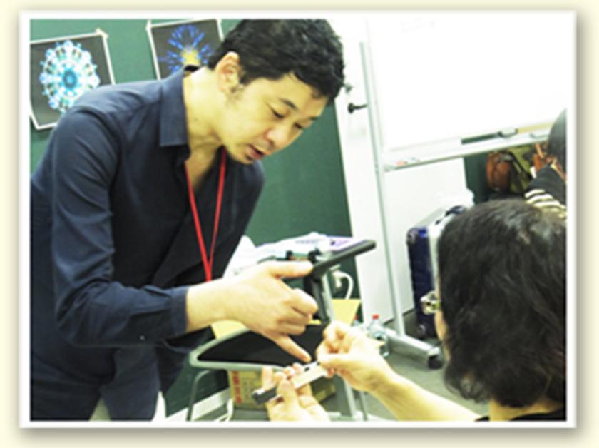 こちらは日本初の万華鏡専門店、カレイドスコープ昔館の石原さん。この制作手順が重要なポイントなので、熱心にアドバイスをしてくれました!