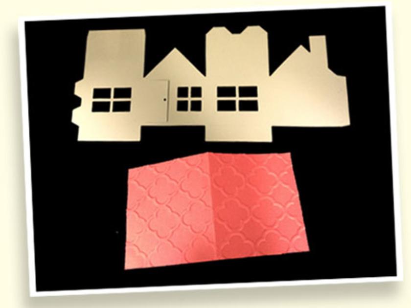 できたパーツがこちら。上は家の形の展開図です。下は、厚紙にエンボス加工をかけました。触るとデコボコの模様がついていて、かわいい屋根になります。紙はもちろん布やフェルト、革などさまざまなものをカット可能なんです!