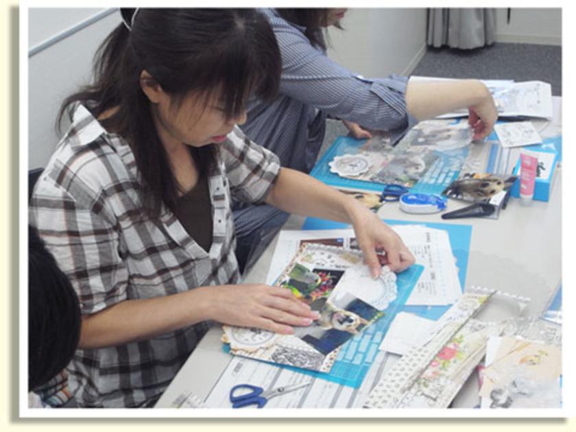 台紙ができたら、写真を飾っていきます。こちらの方はワンちゃんの写真を持ってきてくれました!どの表情がいいか…迷うところですね。
