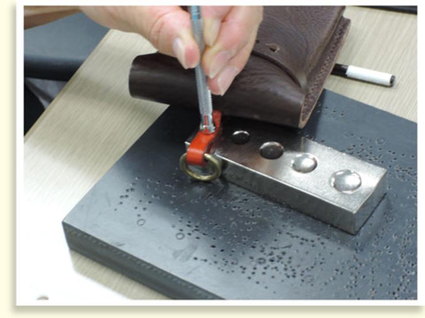 カシメを使って、革ひもを通すストラップ部分をつくります。3色から自由に選んでもらいました~。