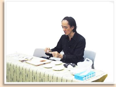 金継ぎの全工程を、坂田講師がレクチャー。最後に、金を蒔(ま)く部分を体験してもらいました!