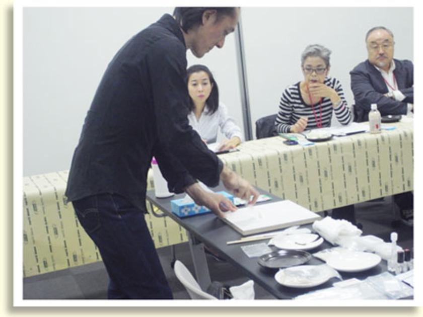体験会スタート!まずは講師の坂田さんが、金継ぎの工程をレクチャー。金継ぎは、大陸から伝わり日本で花開いた伝統技術。坂田さんがつくっているのは、生漆に中力粉を混ぜてつくる麦漆という接着用の漆。起源は奈良時代にまでさかのぼるとか。