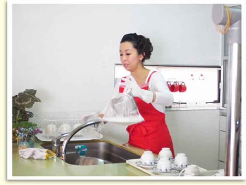 今回の会場は民家を改装したもの。もちろんキッチンも使えるので、高橋先生が実際にお掃除の仕方を見せてくれました。みなさん熱心にメモをとったり、質問をしたりしていました。
