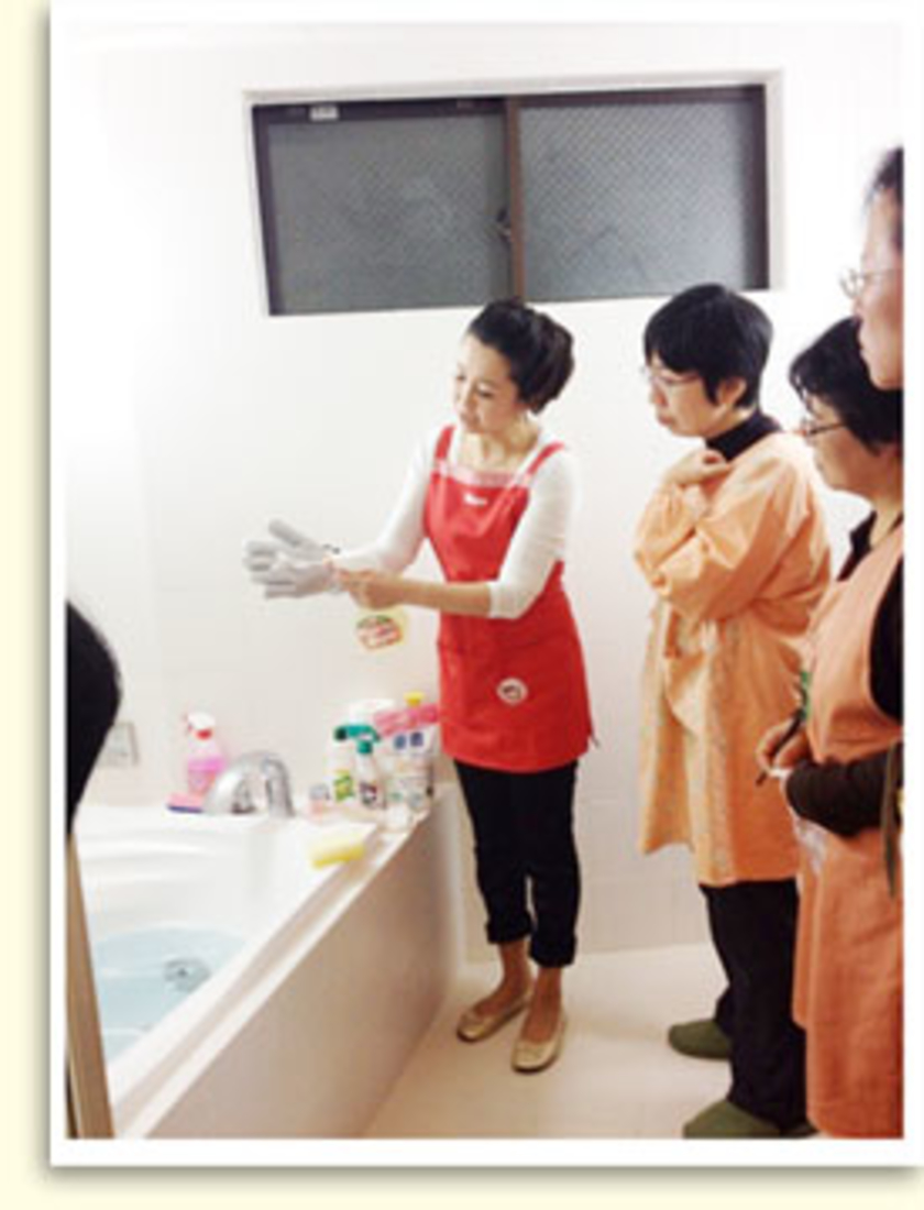 こちらはバスルームでの一コマ。手に着けて使う便利グッズや、おすすめの洗剤を使ってお掃除のご紹介をしました!