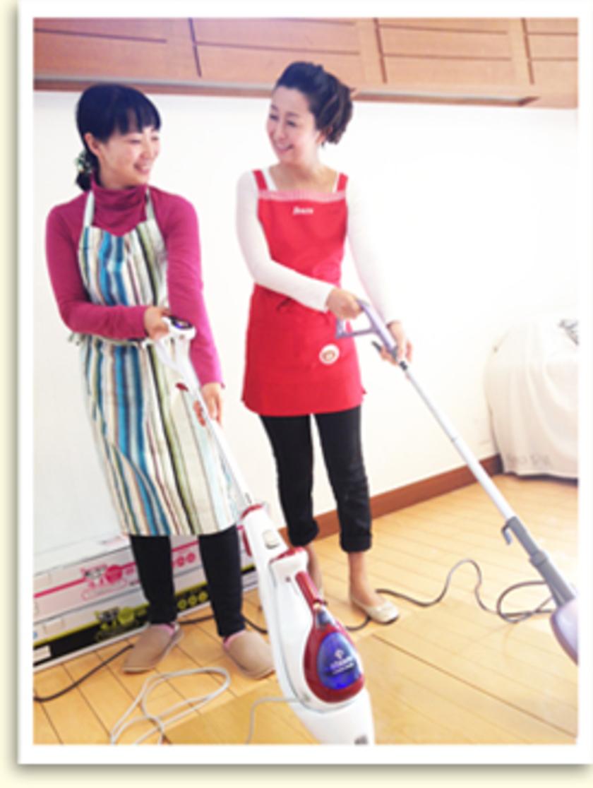 こちらはスチームモップを試している様子。高橋先生も参加して、わいわいお掃除をしてもらいました~。