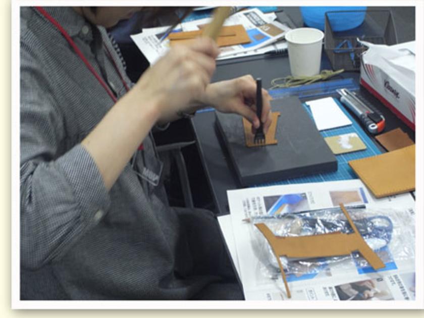 デザインが決定したら、4本菱目打ちと木槌を使って、縫い穴を開けていきます。