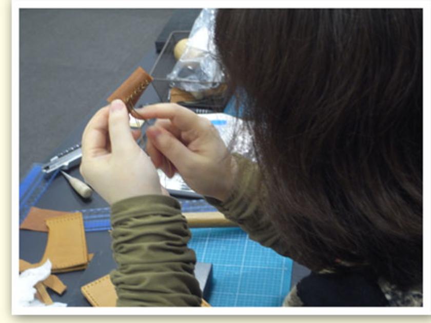 針をつけたら、さっそく本体を…の前に指ぬきを製作。しつこいですが、今回、革が厚いんです!縫うときに指が痛くならないよう、道具からつくりました。これをつけていると、一気にプロっぽくなります(笑)
