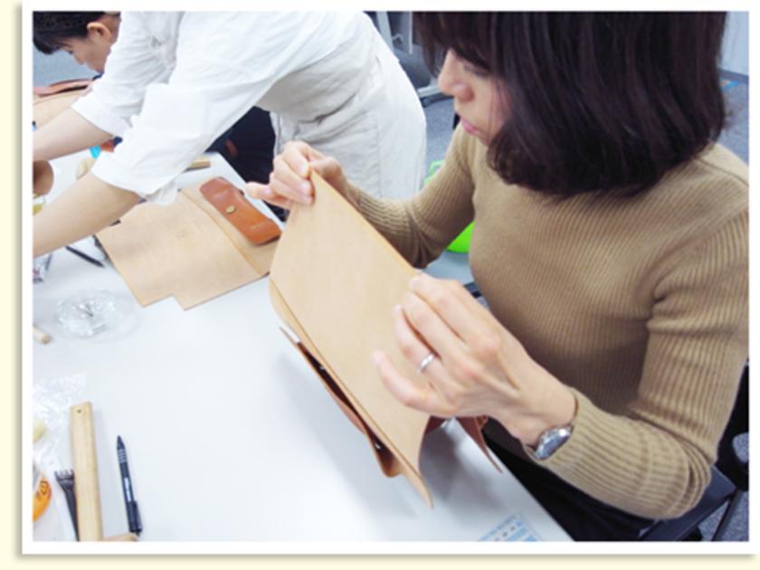 持ち手を縫い付けたら、折り返して底になる部分を仮止めします。外れないようにしっかり固定してください。