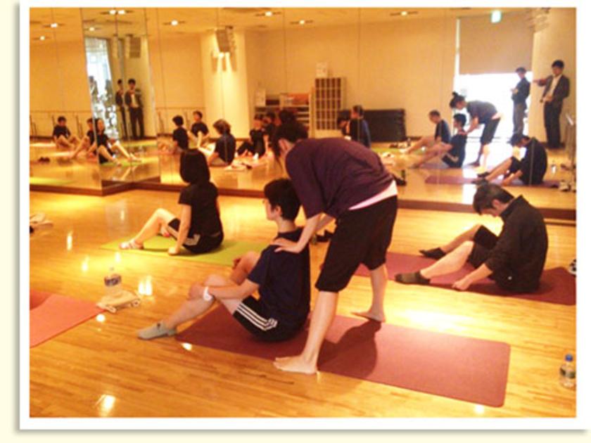 エクササイズの合い間には大橋先生が参加者1人1人をチェック。体の使い方など、とっても丁寧に教えてくれました。