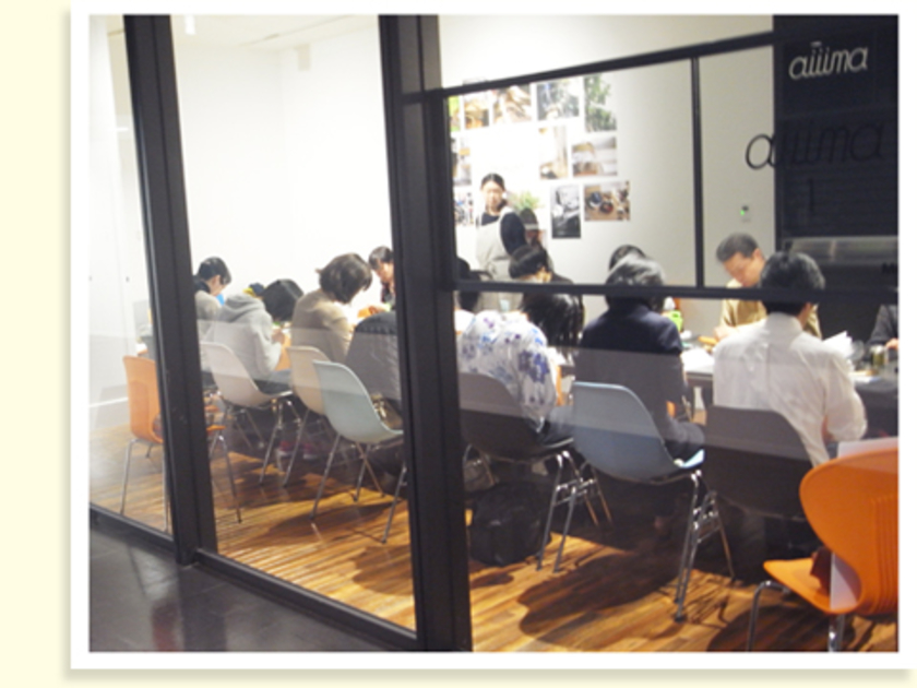 今回は渋谷ヒカリエにあるクリエイティブ・ラウンジMOVのaiiima(アイーマ)という会場を使用。通路に面したガラス張りの会場なので、通りがかる人も「何をつくってるのかな~」なんて興味津々の様子でした~。