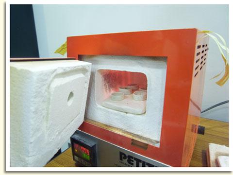 こちらは焼いているところ。ガスコンロと料理用の網でも焼けるので、ご自宅でも簡単につくることができますよ~。