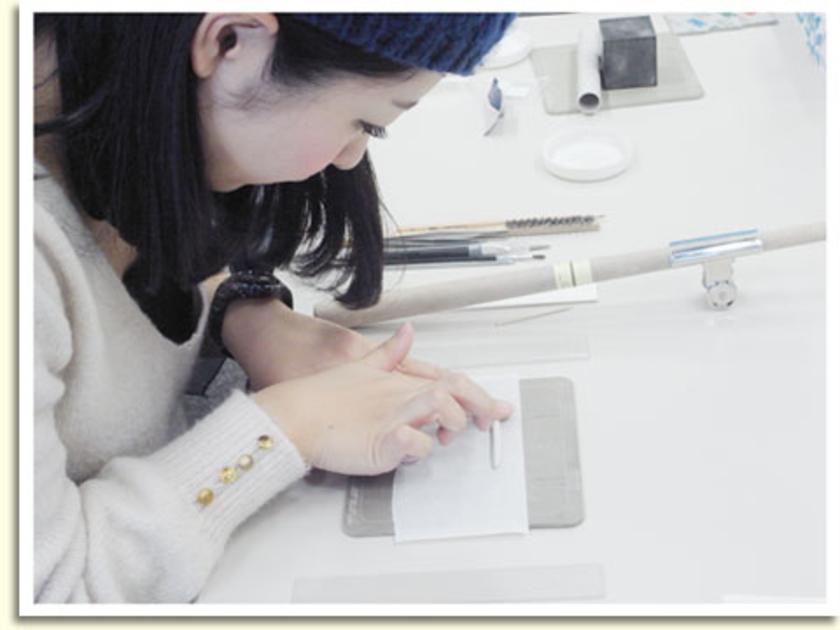 焼くと純銀になるアートクレイシルバー。乾燥させる前は普通の粘土です。乾燥する前に、しっかり伸ばすのがポイント。乾燥した場合は、水をつけて再度ねりなおしてください。