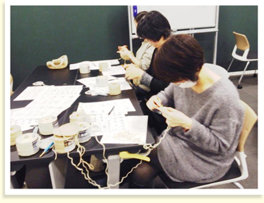 ひたすら編んでいきます。こちらのテーブルは女性ばかり。編み編み…。