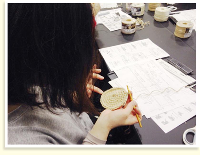 こま編みで六目輪の中に編んで、編めたら輪をしぼって次の段へ…の繰り返し。目の数を確認中です。こちらはバッグの底の部分がもうちょっとで完成です、がんばって~…編み編み。