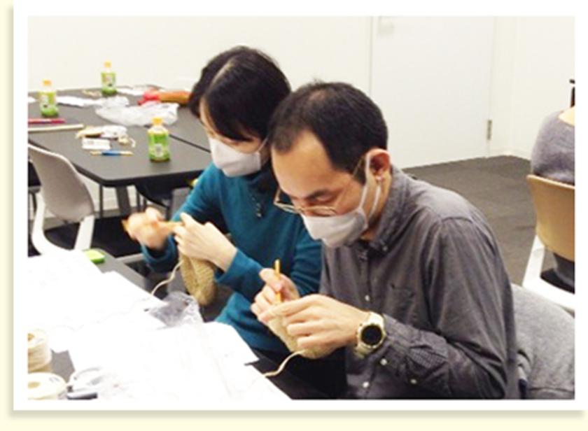 こちらはお二人で参加してくれました。男性の参加者は編み物は初めてとのことでしたが…編み編み…。