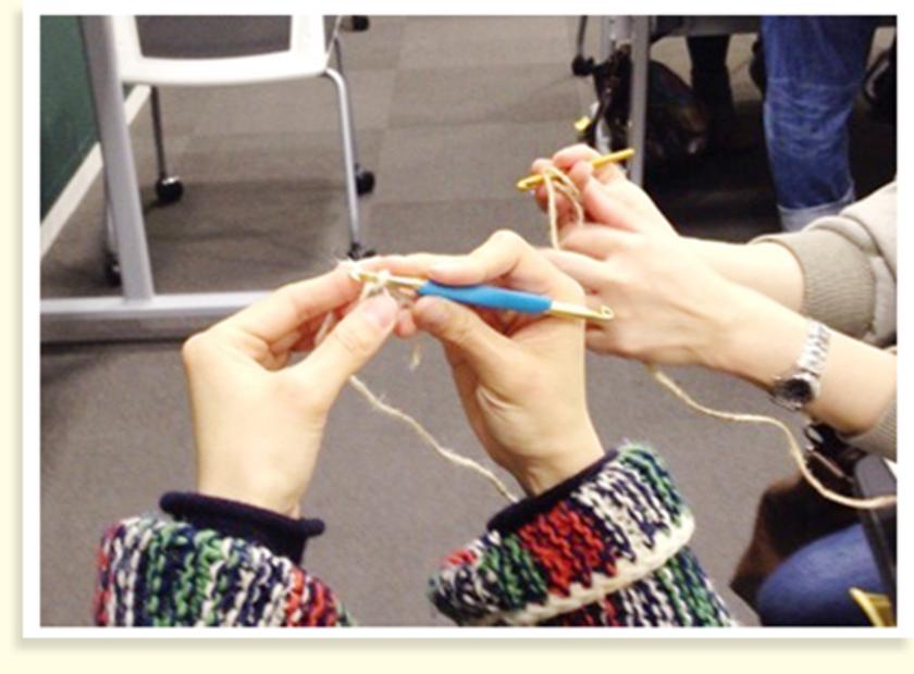 今回のミニバッグ、2種類の麻ひもを使って、ひたすら編んでいきます。まずは、かぎ針8号を使った基本の編み方から。う~ん、なかなか複雑な様子…。