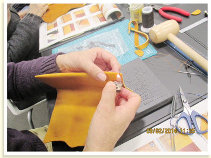 最後まで縫ったら、ライターで糸の結び目を固定。ポリエステルの糸なので、溶けて固まります。