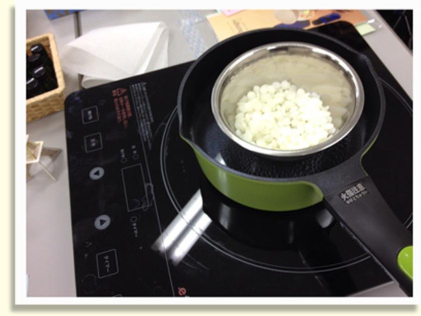 しっかりリフレッシュしたら、調香したオイルを使ってアロマキャンドルをつくります。今回は蜜蝋をフレーク状にキャンドルホルダーに入れて、その上から湯煎した蜜蝋をかけて固めていきます。