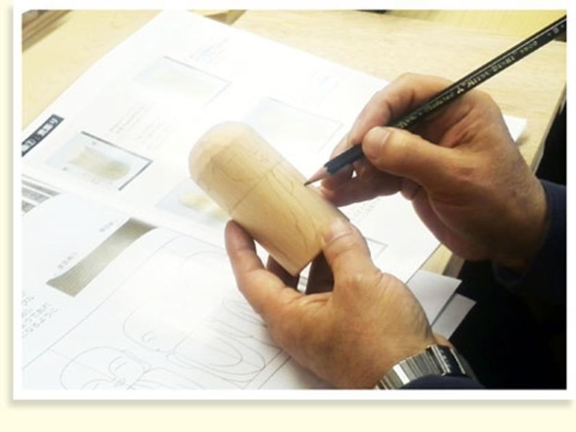 まずは鉛筆で、ケガキ線を入れていきます。この線が、彫刻刀で彫る印になります。
