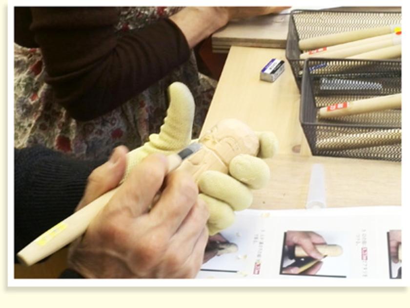 丸刀で目の部分を彫ったら、平刀で口の部分を平らに。今回の体験会では形状や大きさが違う彫刻刀を使い分けて、じっくり彫っていきました。