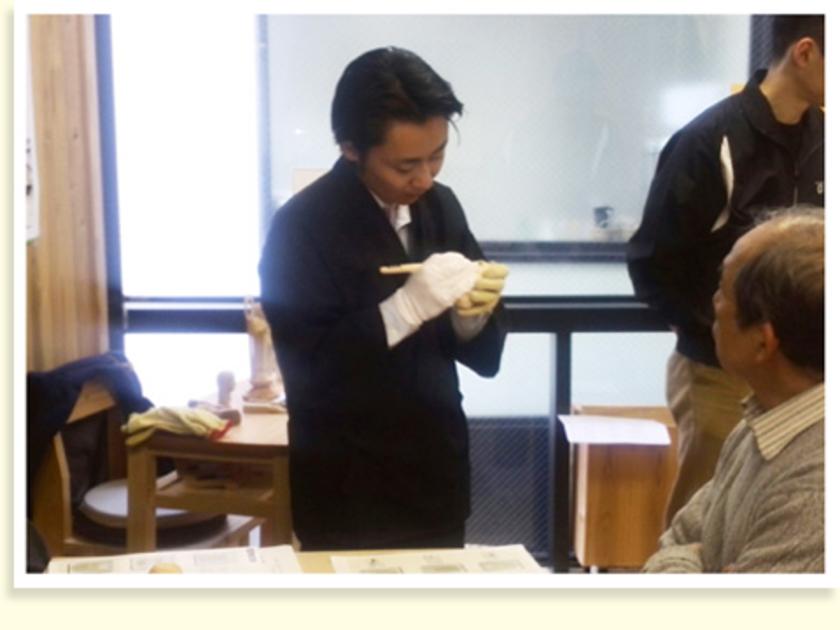 合間に、鈴木さんが手直しをしてくれます。一人一人回って、本当に丁寧に彫り方や、奥深い仏像の世界を教えてくれましたよ。