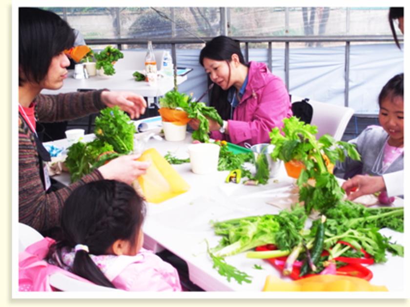 お昼のあとは、野菜ブーケをつくります。長谷川農園で収穫した新鮮な野菜を、自由に飾っていきます。