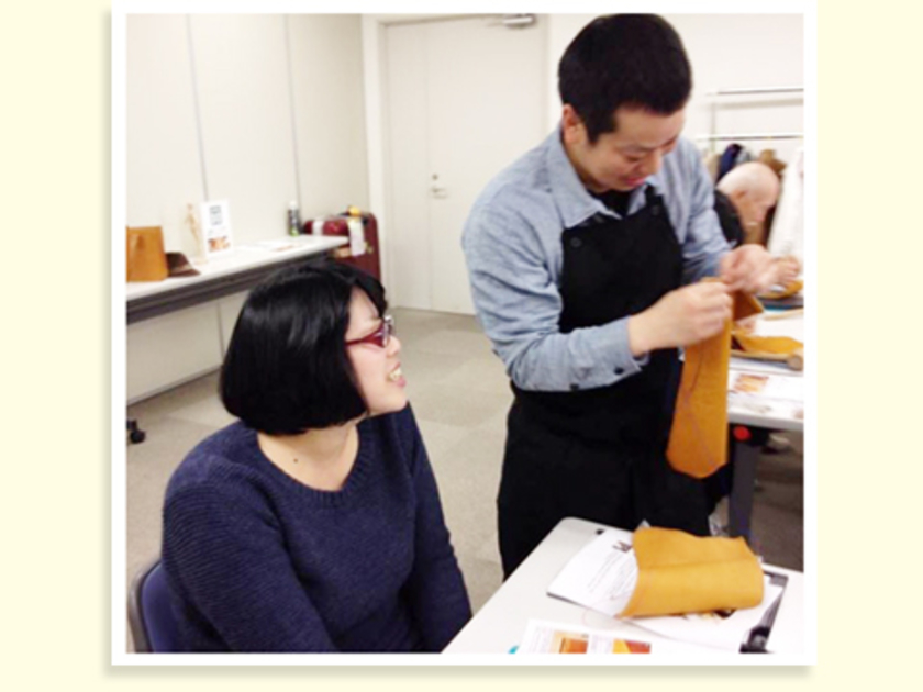 2本の針で縫う→縫い終わりを2重にして補強する→ライターでポリエステルの糸を溶かして固定する、というのが基本の工程。最初は梶野さんも心配な様子…。