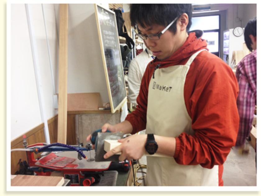 カットした断面は、紙やすりで仕上げます。デコボコが気になるところは、峰政さんがオービタルサンダーという電動工具で整えてくれました!